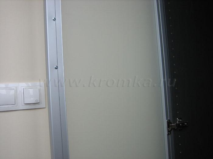 Пример крепления мебельной петли к фасаду из алюминиевого профиля - просто и надежно.  Так что вот такая реальная...